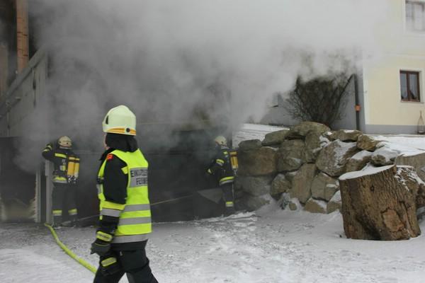 Prächtig Brand einer Maschinenhalle, 2 Traktoren verbrannt &PU_88