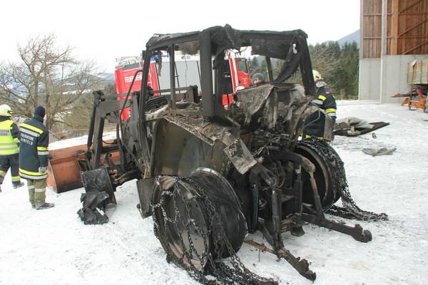 Fabelhaft Brand einer Maschinenhalle, 2 Traktoren verbrannt @WL_04